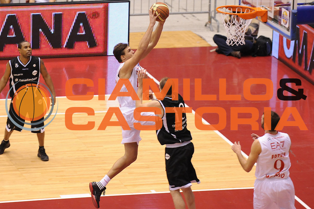 DESCRIZIONE : Milano Lega A 2011-12 EA7 Emporio Armani Milano Canadian Solar Virtus Bologna <br /> GIOCATORE : Danilo Gallinari<br /> CATEGORIA : schiacciata<br /> SQUADRA : EA7 Emporio Armani Milano <br /> EVENTO : Campionato Lega A 2011-2012<br /> GARA : EA7 Emporio Armani Milano Canadian Solar Virtus Bologna <br /> DATA : 23/10/2011<br /> SPORT : Pallacanestro <br /> AUTORE : Agenzia Ciamillo-Castoria/M.Marchi<br /> Galleria : Lega Basket A 2011-2012 <br /> Fotonotizia : Milano Lega A 2011-12 EA7 Emporio Armani Milano Canadian Solar Virtus Bologna <br /> Predefinita :