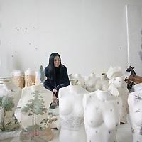 BEIJING, OCT. 23 :  die Kuenstlerin Peng Wei in ihrem Atelier .