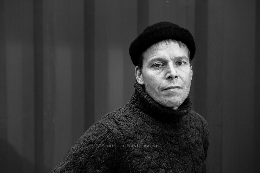 &bdquo;Ich war auf der<br /> Sonnenseite des Lebens&ldquo;<br /> Frank, 41, verkauft am Bahnhof Dammtor. Frank haute nach einem STREIT mit Freunden aus der Wohnung ab.<br /> Auf der Stra&szlig;e hielt er es ein paar Tage aus &ndash; dann kollabierte er.