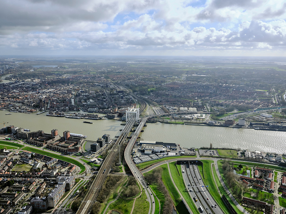 Nederland, Zuid-Holland, Dordrecht, 25-02-2020; Oude Maas, met Spoorbrug Dordrecht (Grote brug) tussen Dordrecht en Zwijndrecht (onder in beeld). Rechts van de spoorbrug de Drechttunnel (Rijksweg 16).<br /> Oude Maas (old Meuse), with Railway Bridge Dordrecht between Dordrecht and Zwijndrecht. View of Drechttunnel (tunnel Dordrecht).<br /> luchtfoto (toeslag op standard tarieven);<br /> aerial photo (additional fee required)<br /> copyright © 2020 foto/photo Siebe Swart