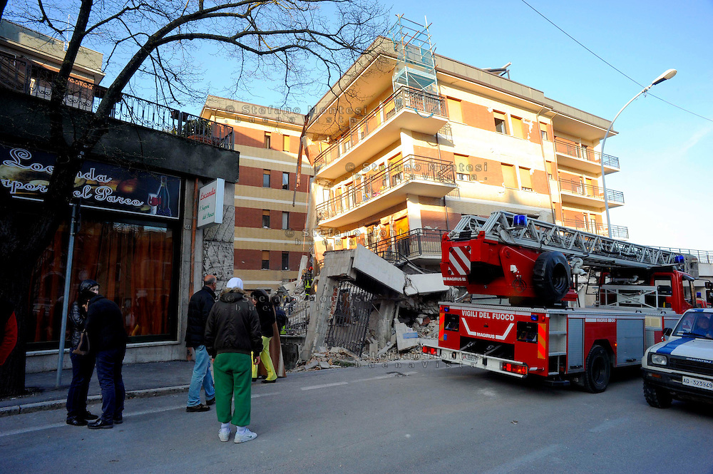 Aquila 6 Aprile 2009.Terremoto L'Aquila.La Ricerca dei superstiti tra le macerie della Casa dello Studente  in via XX Settembre.Earthquake to the city of L'Aquila.The Student dormitory in street XX Settembre. .