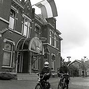 NLD/Huizen/19921010 - Vlag halfstok voor het gemeentehuis in Baarn nav de vliegramp in de Bijlmermeer