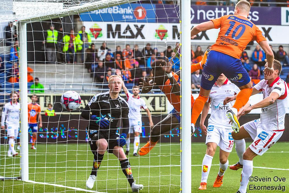 1. divisjon fotball 2018: Aalesund - Levanger (4-0). Aalesunds Pape Habib Gueye header inn 3-0 i kampen i 1. divisjon i fotball mellom Aalesund og Levanger på Color Line Stadion. Holmbert Fridjonsson til høyre og keeper Julian Faye Lund til venstre.