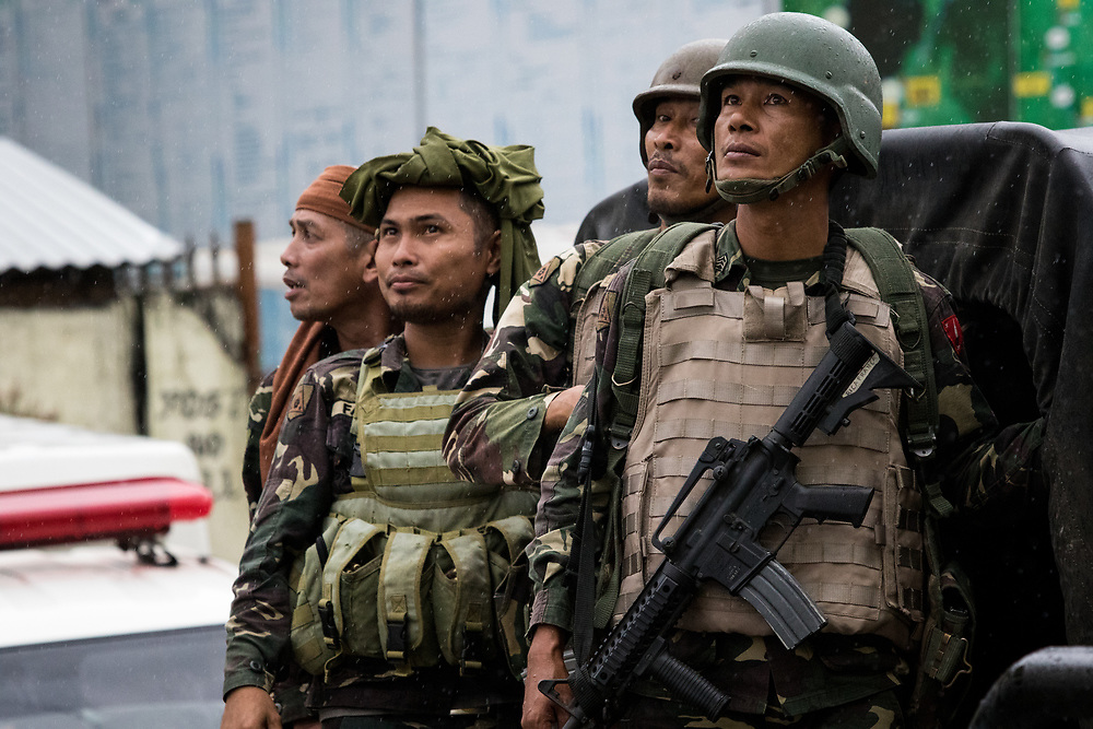 MARAWI, PHILIPPINES - JUNE 8: Philippine soldiers looking at a helicopter as they fight the Islamic rebels in Mindanao, Philippines on June 8, 2017. Philippine troops continue to move forward to fight Islamist rebels while government troops are trying to recover other estimated 2000 civilians who are trapped inside the town of Banggolo area, Marawi City in Southern Philippines. (Photo: Richard Atrero de Guzman/NUR Photo)