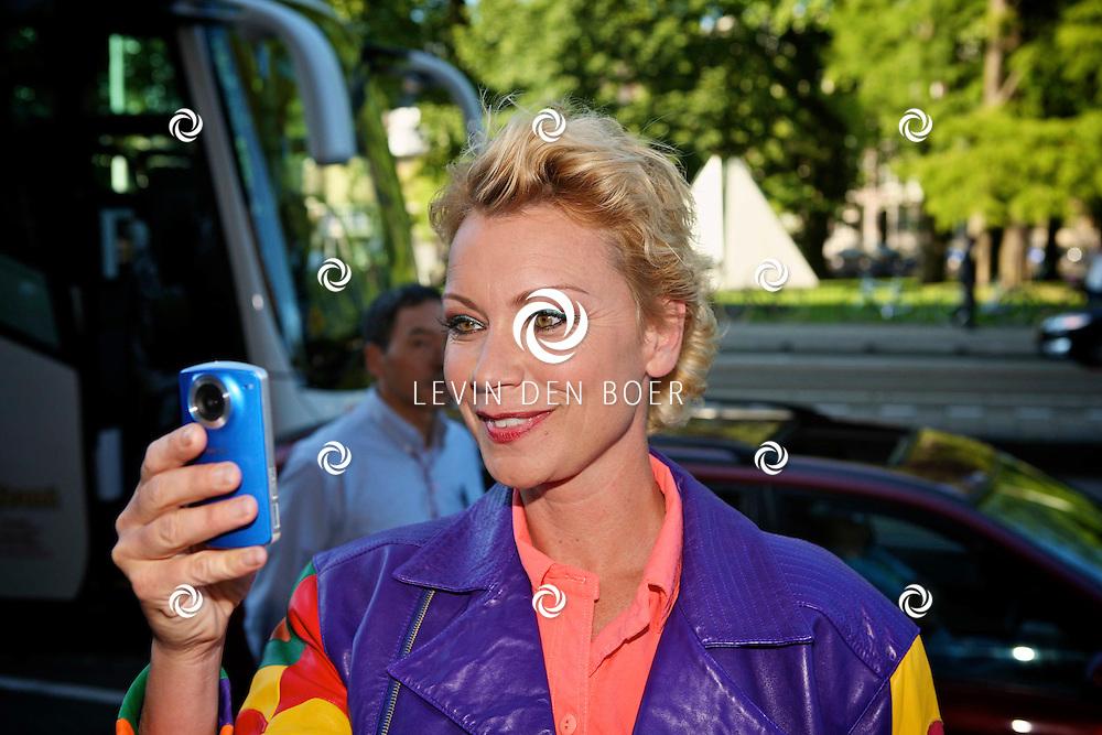 AMSTERDAM - Op de Stadshouderkade in People Place is de lancering van de nieuwe vrouwenzender TLC gelanceerd. Met op de rode loper Cindy Pielstroom met een camera in d'r hand. FOTO LEVIN DEN BOER - PERSFOTO.NU