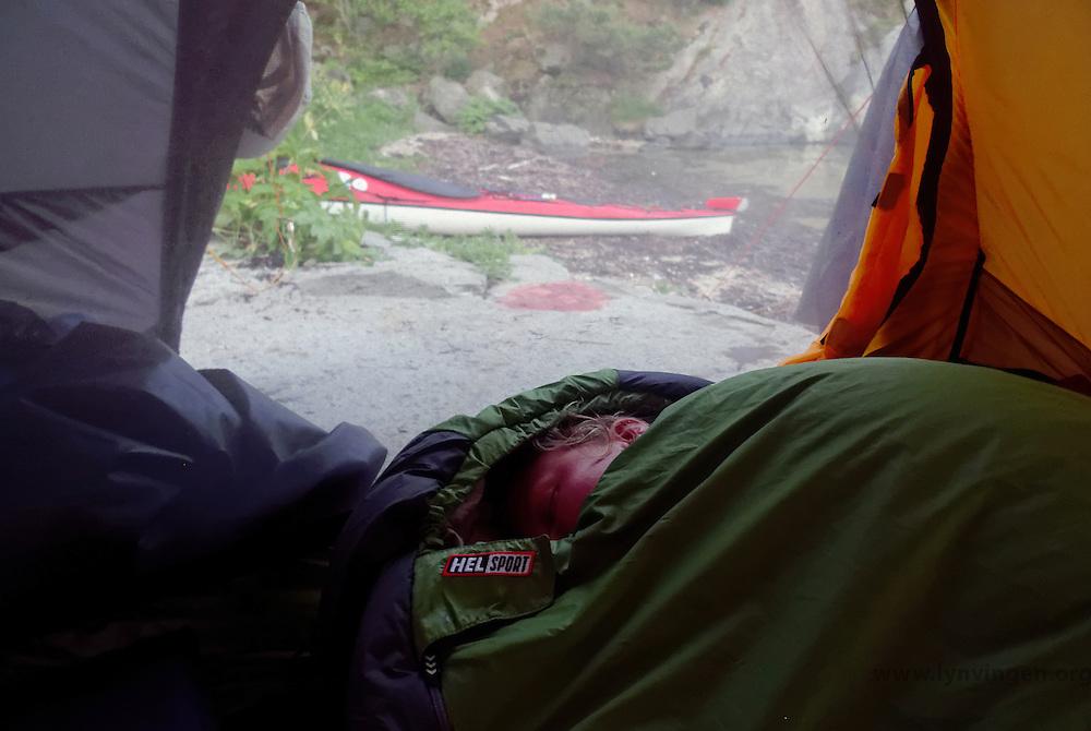 kayaker Sleeping in tent - kayaks are seen outside - kajakkpadler sover i telt - kajakkene står utenfor - Åsmundshavn