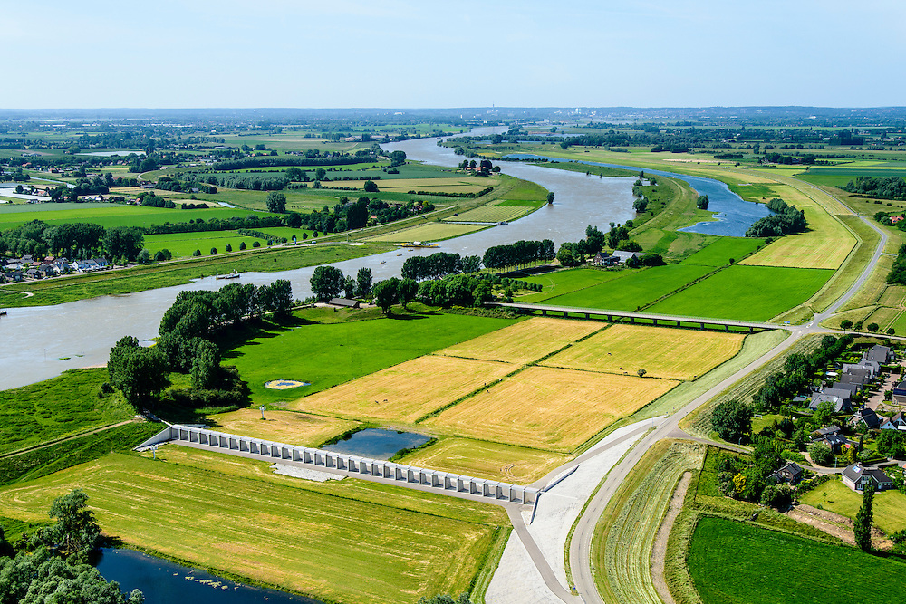 Nederland, Gelderland, Gemeente Lingewaard, 09-06-2016; de Groene rivier bij Pannerden, overloopgebied met regelwerk, parallel aan Pannerdensch Kanaal (links, overgaand in Neder-Rijn). Vlak voor Pannerden splits de Rijn in Waal en Pannerdensch Kanaal, bij hoogwater verdeelt het regelwerk het water vanuit de Rijn naar de beide riviertakken.<br /> In het verleden was er een overlaat op de plaats van het regelwerk.<br /> <br /> <br /> Green River in Pannerden, overflow area parallel to Pannerdensch channel (left, also named Lower Rhine). Just befor Pannerden, the Rhine and Waal splits in Pannerdensch Channel and Waal, at high waters the control works distributes the water from the Rhine to the two river branches.<br /> luchtfoto (toeslag op standard tarieven);<br /> aerial photo (additional fee required);<br /> copyright foto/photo Siebe Swart
