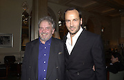 David Bailey and Tom Ford. David Bailey dinner hosted by Lucy Yeomans at Gordon Ramsay at Claridge's. 12 November 2001. © Copyright Photograph by Dafydd Jones 66 Stockwell Park Rd. London SW9 0DA Tel 020 7733 0108 www.dafjones.com