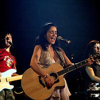 La cantante mexicana, Julieta Venegas, durante el concierto que dio en el bar La Paloma, en el centro  de Barcelona, España