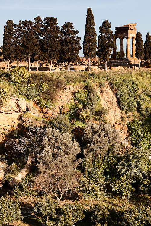 Agrigento, Valle dei Templi. Il tempio di Castore e Polluce sormonta il Giardino della Kolymbetra. Proprietà FAI.  ©2012 Vince Cammarata | FOS