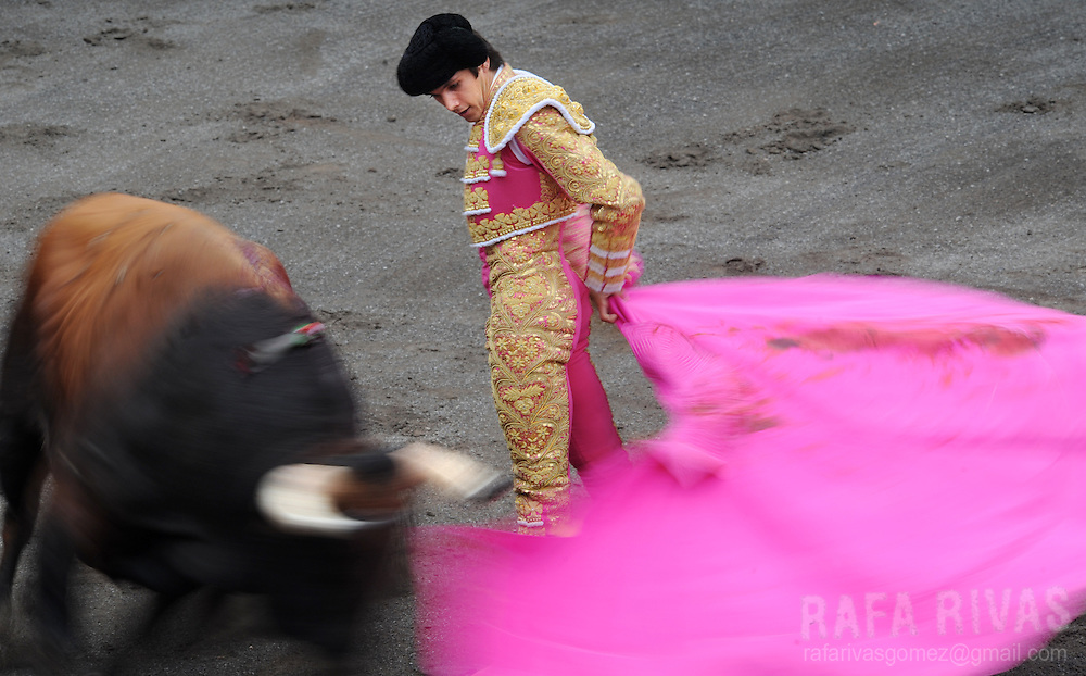 French matador Sebastian Castella gives a capote pass to an El Ventorrillo fighting bull, during a corrida at the Vista Alegre bullring in Bilbao, northern Spain, on August 19, 2009. PHOTO/Rafa Rivas
