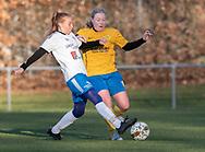 FODBOLD: Ida B. Jørgensen (Ølstykke FC) tackles af Katja Nielsen (Herlufsholm GF) under kampen i Sjællandsserien mellem Ølstykke FC og Herlufsholm GF den 9. april 2019 på Ølstykke Stadion. Foto: Claus Birch