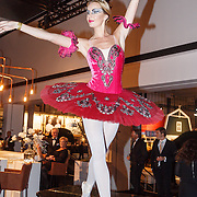 NLD/Amsterdam/20151210 - Vipnight LXRY Masters of Luxery 2015, balletdanseres op een piano