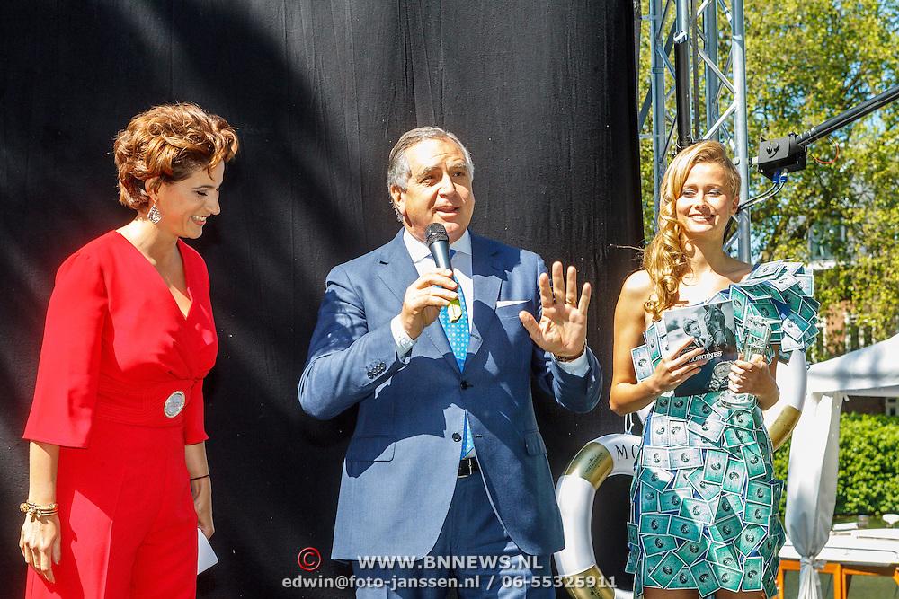 NLD/Amserdam/20150604 - Uitreiking Talkies Terras Award 2015 en onthulling cover, Kristina Bozilovic overhandigt Roberto Payer de award