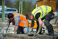 Foto: Gerrit de Heus. Vlaardingen. 11-04-2016. Stratenmakers aan het werk.