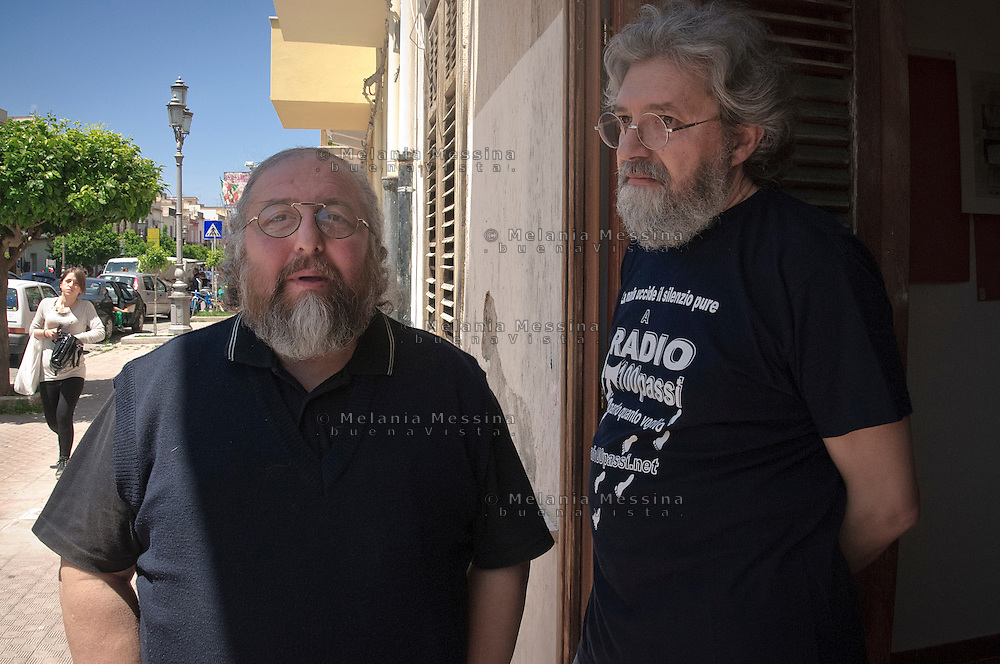 Francesco Impastato e Danilo Sulis di radio 100 passi sulla soglia di casa Badalamenti.<br /> Francesco Impastato and Danilo Sulis in the boss Badalamenti house
