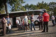 Flüchtlinge vor dem Berliner LaGeSo(Landesamt für Gesundheit und Soziales) werden mit Bussen in Notunterkünfte gefahren. Mehrere hundert Flüchtlinge harren seit Tagen unter freiem Himmel aus, um sich in dem Amt registrieren zu lassen.
