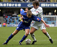 Fotball<br /> Championship England 2004/05<br /> Millwall v Leeds<br /> 6. mars 2005<br /> Foto: Digitalsport<br /> NORWAY ONLY<br /> Millwall's Tony Craig and Leeds' Shaun Derry battle for the ball