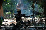 Loula fabrique une flèche. il utilise un bois tendre, difficile à trouver dans la jungle. Les flèches sont façonnées et durcies au feu. Un travail de plusieurs heures.