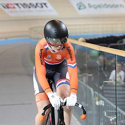 APELDOORN (NED) wielrennen<br /> Laurine van Riessen heeft op het NK op de baan in Apeldoorn haar nationale titel op de sprint weten te prolongeren. In de eindstrijd rekende de Zuid-Hollandse af met Shanne Braspennincx in twee manches.<br /> Het brons ging naar Hetty van de Wouw, die op vrijdag Nederlands kampioene op de keirin werd.