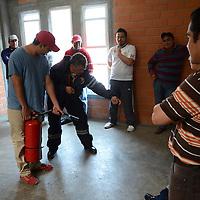 Zinacantepec, México.- Elementos de Protección Civil de Zinacantepec, realizan cursos de capacitación a trabajadores de gobierno y empresas privadas en prevención y combate de incendios, ésto con el objetivo de tener una mayor capacidad de respuesta en la prevención de algín siniestro en su área de trabajo. Agencia MVT / Arturo Hernández.