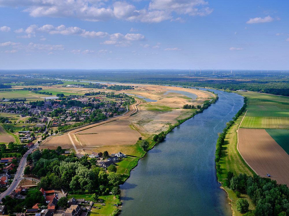 Nederland, Limburg, Gemeente Horst aan de Maas.; 27-05-2020; Broekhuizen, zicht op de Hoogwatergeul Ooijen. De uiterwaard (weerd) ten zuiden van Ooijen is afgegraven. Werkzaamheden voor de Gebiedsontwikkeling  Ooijen en Wanssum, waaronder aanleg van een  hoogwatergeul. Weerdverlaging en natuurontwikkeling.<br /> High water channel Ooijen, floodplain south of Ooijen, flood plain excavated.<br /> <br /> luchtfoto (toeslag op standard tarieven);<br /> aerial photo (additional fee required)<br /> copyright © 2020 foto/photo Siebe Swart
