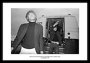 Brian Jones og Keith Richards fra The Rolling Stones ankommer Dublin lufthavn 1965, for deres.turne i Irland.