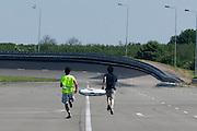 Jan Bos is met de oude Velox gevallen na ten lekke band. Het Human Powered Team van de TU Delft en de VU Amsterdam testen op de RDW baan in Lelystad voor het eerst met de fiets, de Velox 2, waarmee ze het record willen verbreken.<br /> <br /> Jan Bos has fallen with the old Velox due to a flat tyre. The Human Powered Team is testing at the RDW test track in Lelystad for the first time with the new bike, the Velox 2,  which they want to set the world record with.