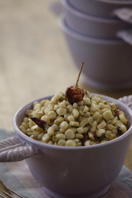 Un antojito callejero compuesto de granos de Maiz cocido en agua sazonada con Pericon y chiles.