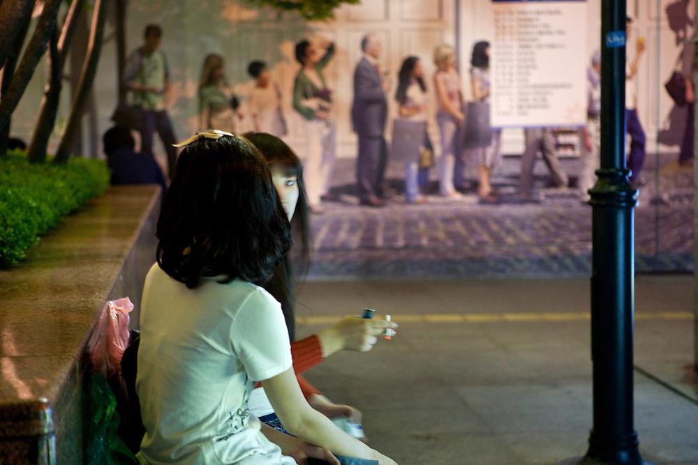 Zwei Teenager rauchen am fr&uuml;hen Abend in der Naehe des Express Bus Terminals im Zentrum der koreanischen Metropole.<br /> <br /> Two teenagers smoking during an early evening close to the Express Bus Terminal in the center of the Korean metropolis Seoul.