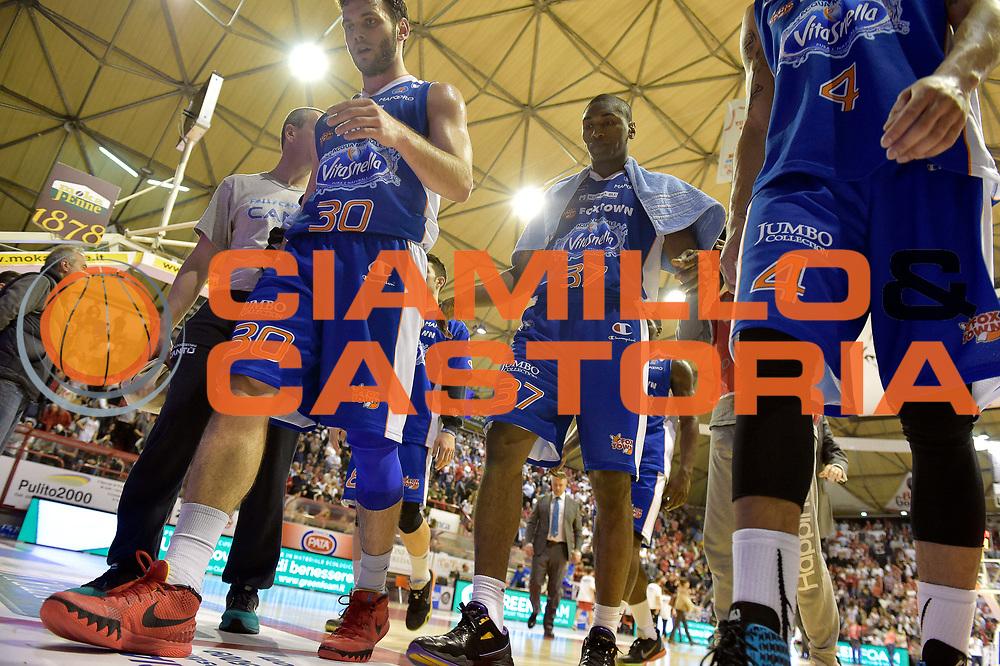 DESCRIZIONE : Campionato 2014/15 Giorgio Tesi Group Pistoia - Acqua Vitasnella Cant&ugrave;<br /> GIOCATORE : Stefano Gentile Ron Artest Metta World Peace<br /> CATEGORIA : delusione<br /> SQUADRA : Acqua Vitasnella Cantu&rsquo;<br /> EVENTO : LegaBasket Serie A Beko 2014/2015<br /> GARA : Giorgio Tesi Group Pistoia - Acqua Vitasnella Cant&ugrave;<br /> DATA : 30/03/2015<br /> SPORT : Pallacanestro <br /> AUTORE : Agenzia Ciamillo-Castoria/GiulioCiamillo<br /> Galleria : LegaBasket Serie A Beko 2014/2015<br /> Fotonotizia : Campionato 2014/15 Giorgio Tesi Group Pistoia - Acqua Vitasnella Cant&ugrave;<br /> Predefinita :