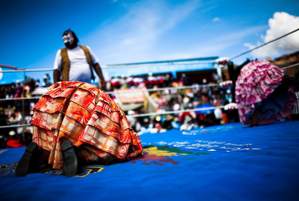 Abril y Mayo 2011/Bolivia<br /> <br /> Julia La Pace&ntilde;a de vestido naranjo en suelo es derrotada por Carmen Rosa y su compa&ntilde;ero el enmascarado<br /> <br /> Foto.Juan Gonzalez