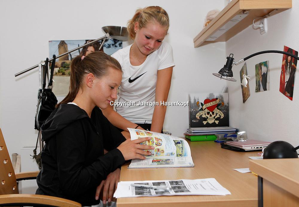 BTV Tennis Internat in der FORMAXX TennisBase in Oberhaching/Muenchen..Kaderspielerinnen Christina Rein (dunkles Top) und Sophie Eggenberger (SUI) schauen gemeinsam in ein Englisch Schulbuch,..