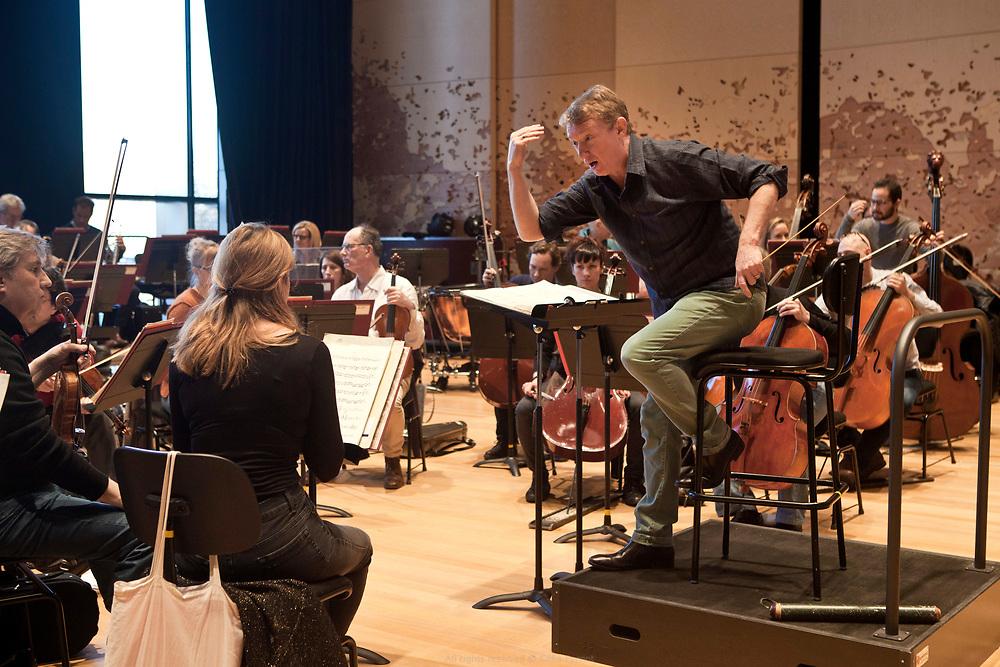 Douglas Boyd, chef d&rsquo;orchestre d'une formation<br /> musicale de quarante-trois musiciens en r&eacute;sidence &agrave; la Philharmonie. Au programme de la r&eacute;p&eacute;tition du jour, des airs sign&eacute;s Rossini et Mozart.