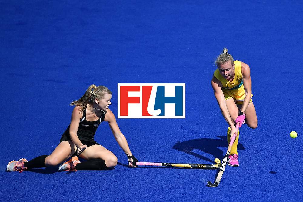 New Zealand's Kirsten Pearce (L) vies for the ball woth Australia's Jane-Anne Claxton during the the women's quarterfinal field hockey New Zealand vs Australia match of the Rio 2016 Olympics Games at the Olympic Hockey Centre in Rio de Janeiro on August 15, 2016. / AFP / MANAN VATSYAYANA        (Photo credit should read MANAN VATSYAYANA/AFP/Getty Images)