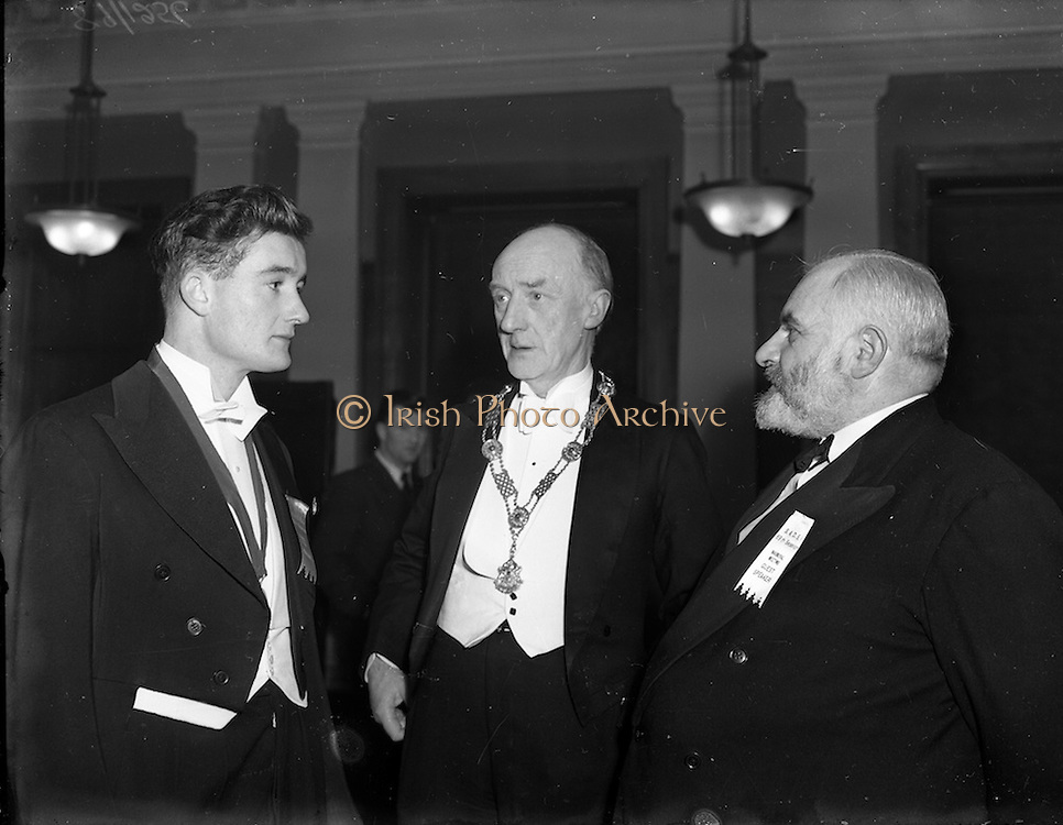 13/11/1952<br /> 11/13/1952<br /> 13 November 1952<br /> Solicitors Apprentices Debating Society at the Four Courts, Dublin. At the event were (l-r): Charles Hennessy, Auditor, (Cork); Arthur Cox President of Incorporated Law Society and Mr. E. O'Mahony, K.M.B.L.