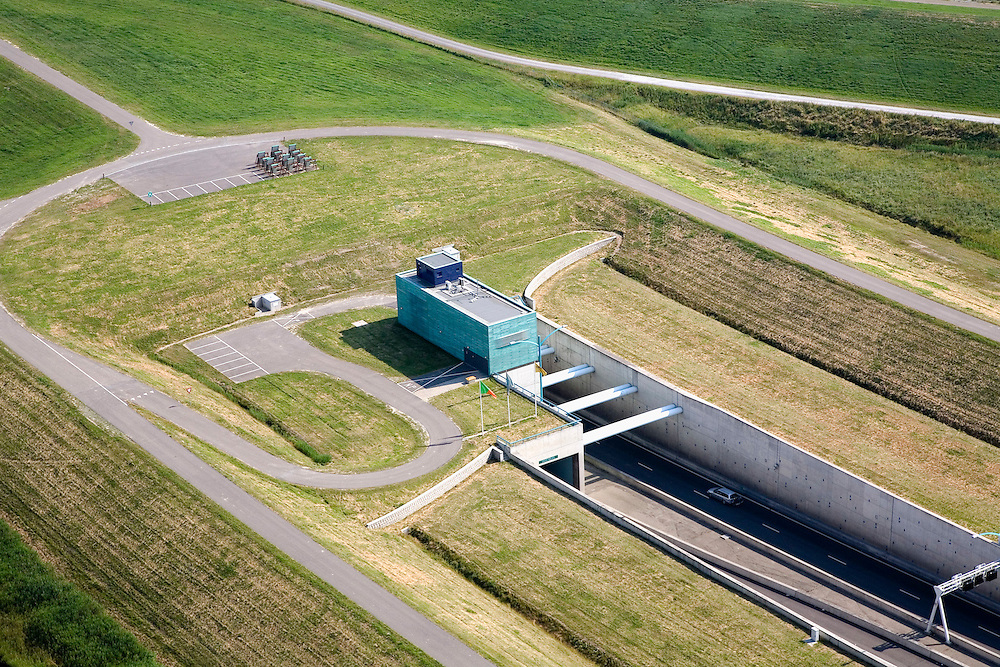 Nederland, Zeeland, Zuid-Beveland, 04-07-2006; luchtfoto : Noordelijke ingang Westerscheldetunnel, direkt ten Westen van het dorpje Ellewoutsdijk, de zeedijk boven in beeld; aan weerszijden van de toegangsweg is nog een dijk, maar deze heeft een geluidswerende functie en zorgt ook voor de inpassing in het omringende landschap; landschapsarchitectuur, planologie, verkeer en vervoer, tol, privaat publieke samenwerking, PPS, mobiliteit, auto, infrastructuur, milieuluchtfoto (toeslag); aerial photo (additional fee required); .foto Siebe Swart / photo Siebe Swart