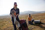 Solveig Græsli t.v. og Marit Østby Nilsen er naturveiledere og naturforvaltere i firmaet Fjelldriv i Tydal. I bakgrunnen Skardsfjellene.
