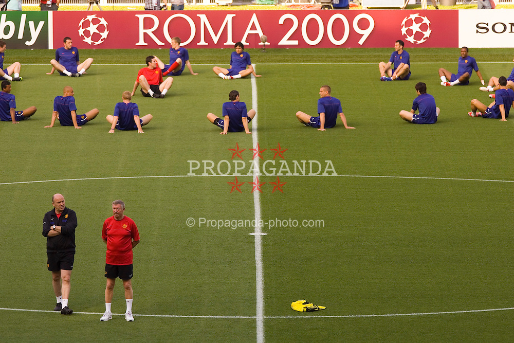 ROME, ITALY - Tuesday, May 26, 2009: Manchester United's players training whilst manager Alex Ferguson looks on at Stadio Olimpico ahead of the UEFA Champions League Final against Barcelona. (Pic by Carlo Baroncini/Propaganda)