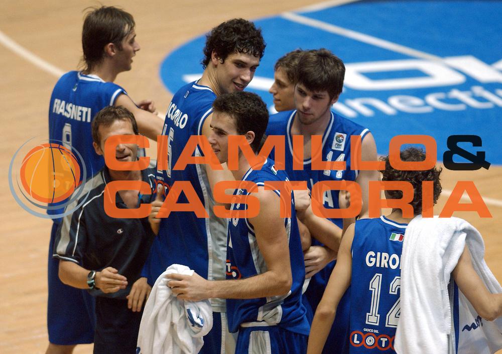 DESCRIZIONE : Belgrado Campionato Europeo Maschile Under 18 <br /> GIOCATORE : Team Italia <br /> SQUADRA : Italia Under 18 <br /> EVENTO : Campionato Europeo Maschile Under 18 <br /> GARA : Italia Lettonia <br /> DATA : 19/07/2005 <br /> CATEGORIA : Esultanza <br /> SPORT : Pallacanestro <br /> AUTORE : Agenzia Ciamillo-Castoria
