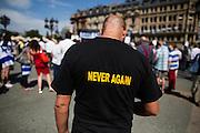Frankfurt am Main | 17 July 2014<br /> <br /> Solidarit&auml;tsdemo f&uuml;r Israel, f&uuml;r Frieden und f&uuml;r das Ende der Angriffe der Hamas auf dem Opernplatz vor der Alten Oper in Frankfurt am Main, hier: T-Shirt &quot;Never Again&quot;. <br /> <br /> &copy; peter-juelich.com