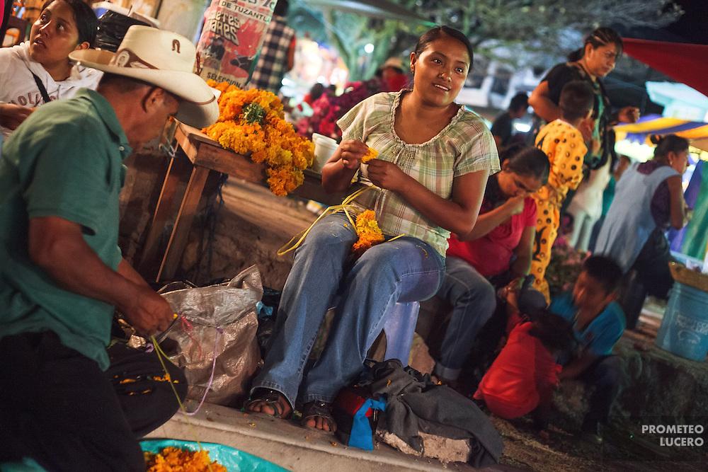 Una mujer teje coronas con cepas&uacute;chitl en las calles de Acatl&aacute;n, Chilapa, la noche previa a la pelea de tigres.<br /> <br /> Cada a&ntilde;o, Ind&iacute;genas nahuas de Acatl&aacute;n, municipio de Chilapa, Guerrero, protagonizan en las alturas del Corozco o &quot;Lugar de las Cruces&quot;, la Pelea de Tigres para atraer la lluvia y mejorar las cosechas. En el batimiento participan hombres, pero tambi&eacute;n mujeres y ni&ntilde;os. La creencia es que mientras m&aacute;s peleas haya, mejores lluvias habr&aacute; para el campo. (Foto: Prometeo Lucero)