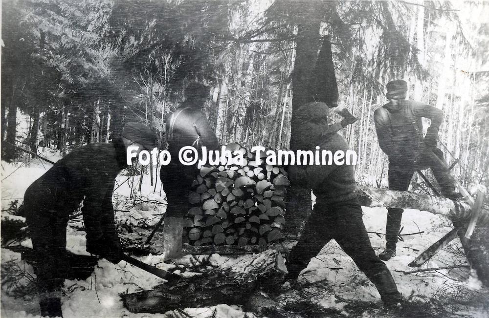 HJK:n &amp; maajoukkueen pelaaja Armas Pyyn albumi. <br /> Mets&auml;t&ouml;iss&auml; Talvisodassa, Armas Pyy saha k&auml;dess&auml; oikealla. Kuva vuodelta 1939.
