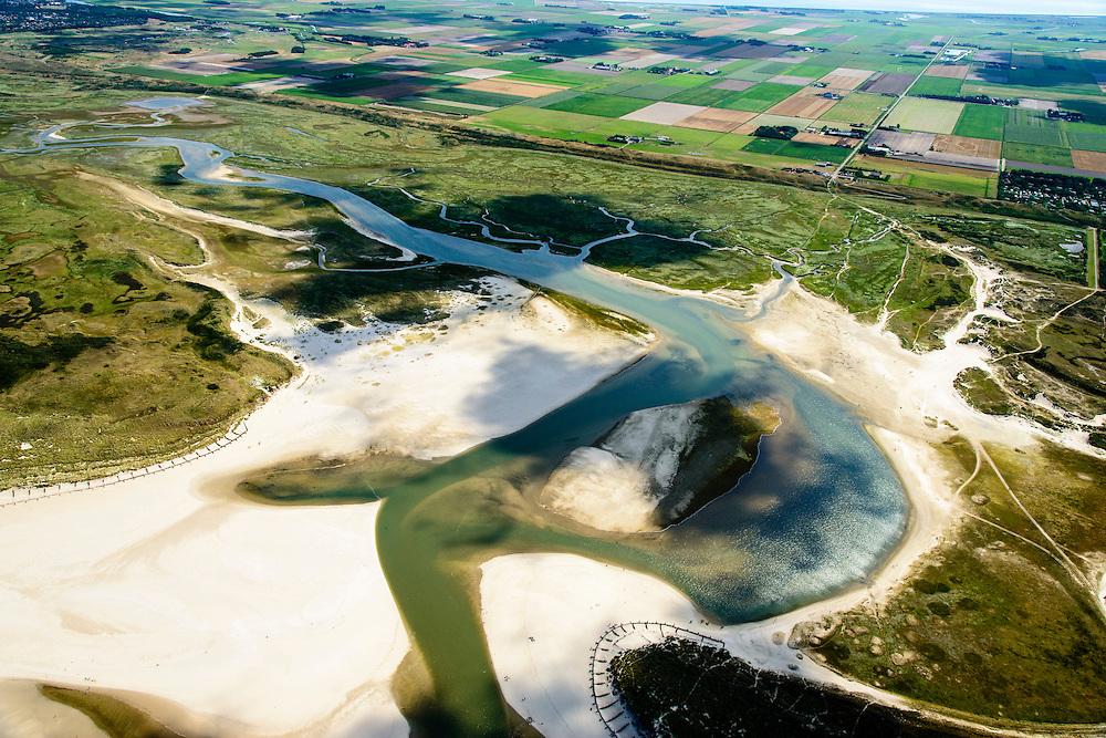Nederland, Noord-Holland, Texel, 05-08-2014;  De Slufter, gezien in noordelijke richting, links de Noordzee. Het natuurgebied, een duinvalllei met kreken, is ontstaan doordat de duinen in het verleden doorgebroken zijn. De Sluftervallei staat in open verbinding met de Noordzee en wordt beinvloed door eb en vloed.<br /> View on natural area The Slufter, beach and dunes of the isle of Texel. Northsea on the left.<br /> luchtfoto (toeslag op standard tarieven);<br /> aerial photo (additional fee required);<br /> copyright foto/photo Siebe Swart