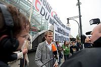 """13 SEP 2010, BERLIN/GERMANY:<br /> Journalisten sprechen mit Jacek Thomas Spendel, CDU Mitglied und Sprecher einer Gruppe, die mit Transparenten """"Wenn Christen nicht mehr CDU Waehlen ..."""" """"... wird hier bald Brueroflaeche frei."""" vor Beginn der Sitzung des CDU Praesidiums demonstriert, vor dem Konrad-Adenauer-Haus, der CDU Bundesgeschaeftsstelle<br /> IMAGE: 20100913-01-029<br /> KEYWORDS: Christen, christlich, Religion, religioes, religiös, Demo, Demonstranten, demonstrieren"""