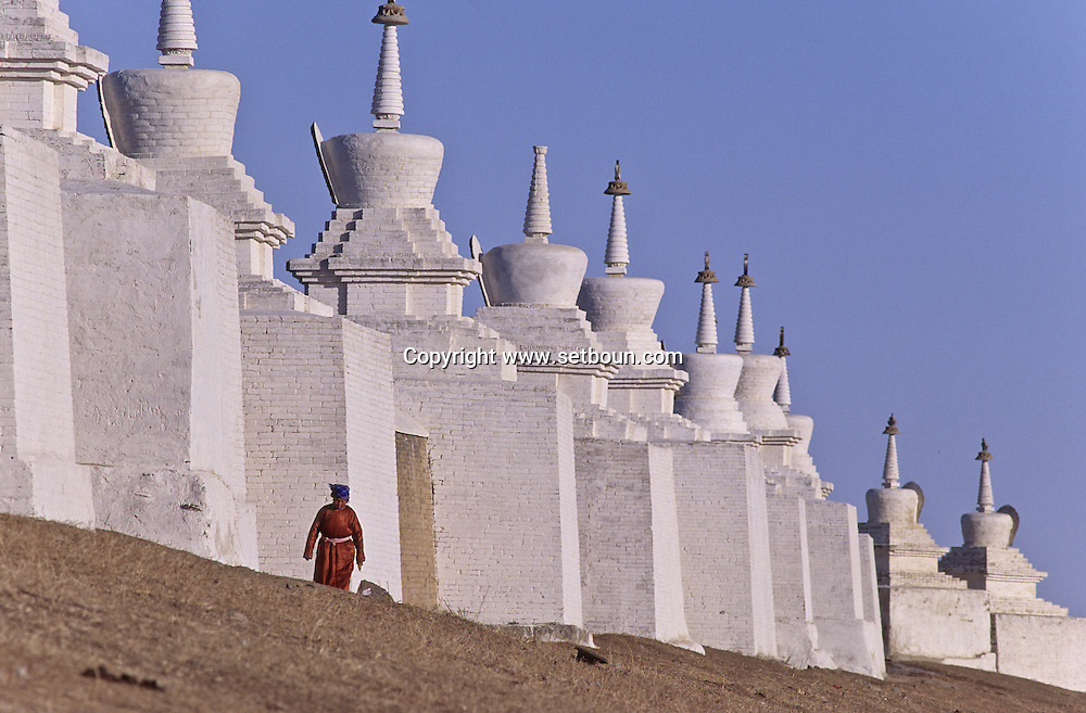 Mongolia. monastery Karakorum  Erden Zuu      /  Muraille de stupas et porte Est de ERDENI ZUU (XVIème siècle)./  Le mur d'enceinte du monastère, de forme rectangulaire, comprend 25 stupas de chaque côté, plus 2 stupas à chaque angle, hors de la muraille. Au centre, une porte monumentale de style chinois, réhaussée d'un pavillon donne accès au monastère. Tout en briques, ce rempart dans sa version actuelle, date de 1804. (QARAQORIN /  /26    L920728a  /  P0002630