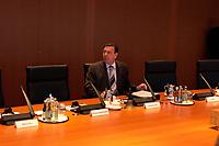 22 OCT 2003, BERLIN/GERMANY:<br /> Gerhard Schroeder (R), SPD, Bundeskanzler, allein am Kabinettstisch, vor Beginn einer Kabinettsitzung, Bundeskanzleramt<br /> IMAGE: 20031022-01-019<br /> KEYWORDS: Kabinett, Sitzung, Gerhard Schröder