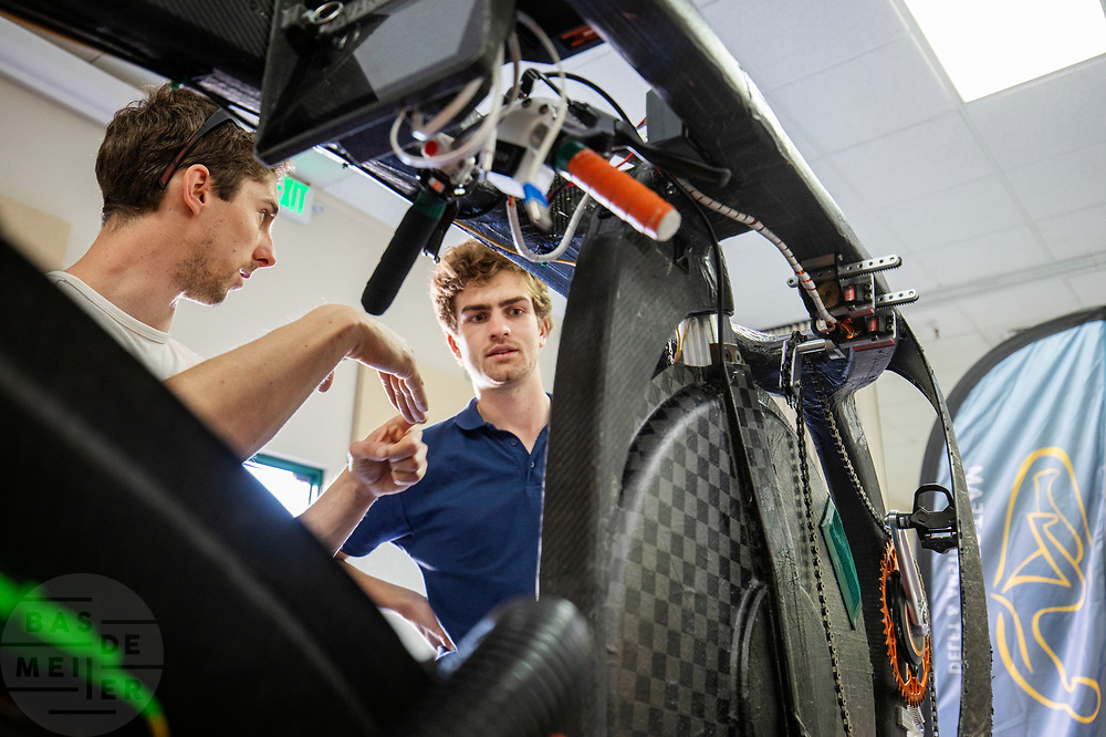 De Australier Adam Hari (links) bekijkt de VeloX. Het Human Power Team Delft en Amsterdam, dat bestaat uit studenten van de TU Delft en de VU Amsterdam, is in Amerika om tijdens de World Human Powered Speed Challenge in Nevada een poging te doen het wereldrecord snelfietsen voor vrouwen te verbreken met de VeloX 9, een gestroomlijnde ligfiets. Het record is met 121,81 km/h sinds 2010 in handen van de Francaise Barbara Buatois. De Canadees Todd Reichert is de snelste man met 144,17 km/h sinds 2016.<br /> <br /> With the VeloX 9, a special recumbent bike, the Human Power Team Delft and Amsterdam, consisting of students of the TU Delft and the VU Amsterdam, wants to set a new woman's world record cycling in September at the World Human Powered Speed Challenge in Nevada. The current speed record is 121,81 km/h, set in 2010 by Barbara Buatois. The fastest man is Todd Reichert with 144,17 km/h.