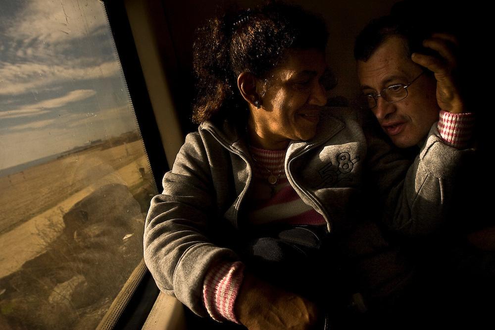 Danny Rosado y Emilio en el tren que los lleva a su casa de verano en Lloret de Mar en la Costa Brava en Barcelona.
