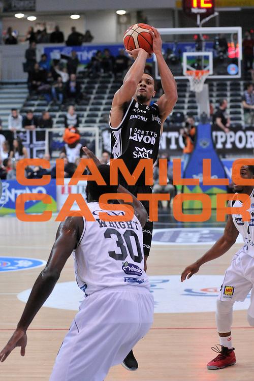 DESCRIZIONE : Trento Lega A 2015-16 Dolomiti Energia Trentino - Consultinvest Pesaro<br /> GIOCATORE : Pendarvis Williams<br /> CATEGORIA : Tiro<br /> SQUADRA : Dolomiti Energia Trentino - Consultinvest Pesaro<br /> EVENTO : Campionato Lega A 2015-2016 <br /> GARA : Dolomiti Energia Trentino - Consultinvest Pesaro<br /> DATA : 08/11/2015 <br /> SPORT : Pallacanestro <br /> AUTORE : Agenzia Ciamillo-Castoria/GiulioCiamillo<br /> Galleria : Lega Basket A 2015-2016 <br /> Fotonotizia : Trento Lega A 2015-16 Dolomiti Energia Trentino - Consultinvest Pesaro